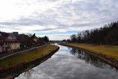 Río cerca del castillo de Hluboka imagen de archivo libre de regalías