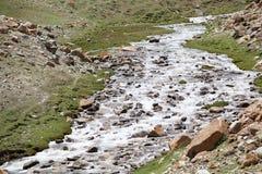Río cerca del paso de Khardung, Ladakh, la India Fotos de archivo libres de regalías