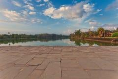 Río cerca del templo budista antiguo del khmer en el complejo de Angkor Wat Fotografía de archivo