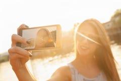 Río cercano femenino joven que toma Selfie Fotos de archivo