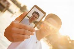 Río cercano masculino joven que toma Selfie Fotos de archivo