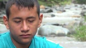 Río cercano triste del adolescente metrajes