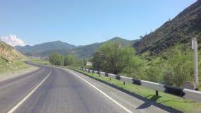 Río Chuya de la montaña a lo largo de Chuysky Trakt almacen de video