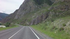 Río Chuya de la montaña a lo largo de Chuysky Trakt metrajes