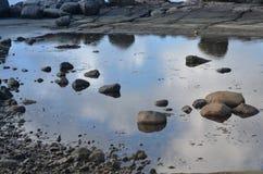 Río claro con las ventajas de las rocas hacia las montañas foto de archivo