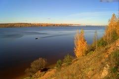 Río con Autumn Trees Imagenes de archivo