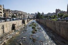 Río con basura en las calles de Trípoli, Líbano Foto de archivo libre de regalías