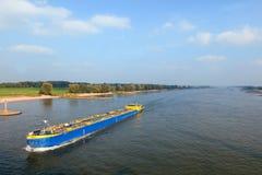 Río con el barco Imagen de archivo