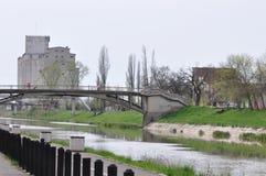 Río con el puente en Europa del este Imágenes de archivo libres de regalías