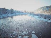 Río con hielo en un fondo de montañas imagenes de archivo
