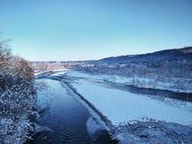 Río con hielo en un fondo de montañas foto de archivo