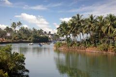 Río con la aldea en las baterías Foto de archivo libre de regalías