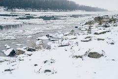 Río con la deriva del hielo y el bosque desnudo visibles en el otro lado Imagen de archivo