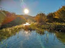 Río con la evaporación en una mañana muy fría fotos de archivo libres de regalías