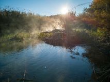 Río con la evaporación en una mañana muy fría foto de archivo