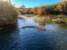 Río con la evaporación en una mañana muy fría fotografía de archivo