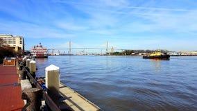 Río con la opinión, el remolcador y el transbordador del puente Fotos de archivo