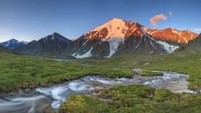 Río con las cascadas en el fondo de las montañas Fotos de archivo libres de regalías