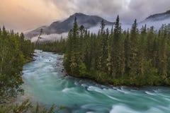 Río con las cascadas en el fondo de las montañas Fotos de archivo