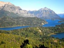 Río con las montañas Foto de archivo libre de regalías