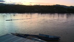 Río con las montañas durante puesta del sol almacen de video
