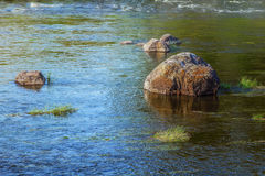 Río con las piedras en el llano Foto de archivo libre de regalías