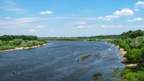 Río con los árboles en los bancos que fluyen más allá del horizonte Fotos de archivo