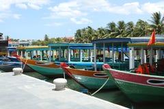 Río con los barcos coloridos tradicionales del viaje en Vietnam Imágenes de archivo libres de regalías