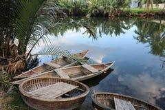 Río con los barcos de bambú tradicionales en Vietnam Imágenes de archivo libres de regalías