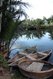 Río con los barcos de bambú tradicionales en Vietnam Fotos de archivo libres de regalías