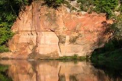 Río con reflexiones en acantilados del agua y de la piedra arenisca Fotos de archivo