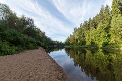 Río con reflexiones en acantilados del agua y de la piedra arenisca Imagenes de archivo