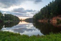 Río con reflexiones en acantilados del agua y de la piedra arenisca Fotografía de archivo libre de regalías