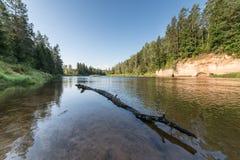 Río con reflexiones en acantilados del agua y de la piedra arenisca Foto de archivo