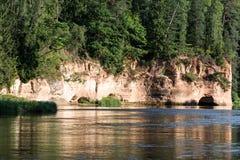Río con reflexiones en acantilados del agua y de la piedra arenisca Imagen de archivo