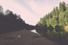 Río con reflexiones en acantilados del weater y de la piedra arenisca vendimia Foto de archivo libre de regalías