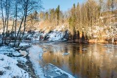 Río congelado en invierno Foto de archivo libre de regalías