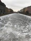 Río congelado Neva en St Petersburg imagenes de archivo