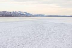 Río congelado y montañas distantes Imagen de archivo libre de regalías