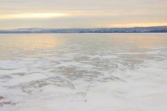 Río congelado y montañas distantes Foto de archivo