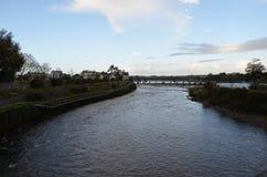 Río Corrib y presa cerca de una catedral en Galway, Irlanda foto de archivo libre de regalías