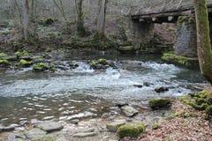 Río corriente debajo del puente Imagen de archivo libre de regalías