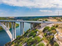 r?o cruzado del puente de la carretera con agua azul Adultos jovenes foto de archivo libre de regalías