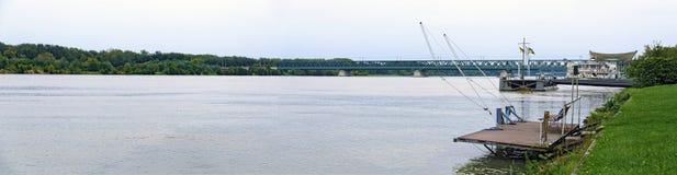 Río Danubio con el puente del marco imagen de archivo libre de regalías