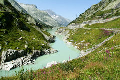Río de Aare cerca del paso de Grimsel Imagen de archivo