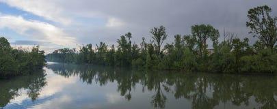 Río de Adda en Italia con las nubes en el cielo fotos de archivo