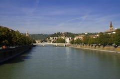 Río de Adige en Verona Fotos de archivo