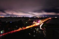 Río de Agano del ower del puente con las nubes móviles fotos de archivo