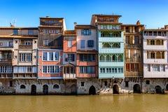 Río de Agout con las casas viejas en Castres en el cielo azul Foto de archivo libre de regalías