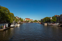Río de Amstel en el centro de Amsterdam en Holanda Foto de archivo
